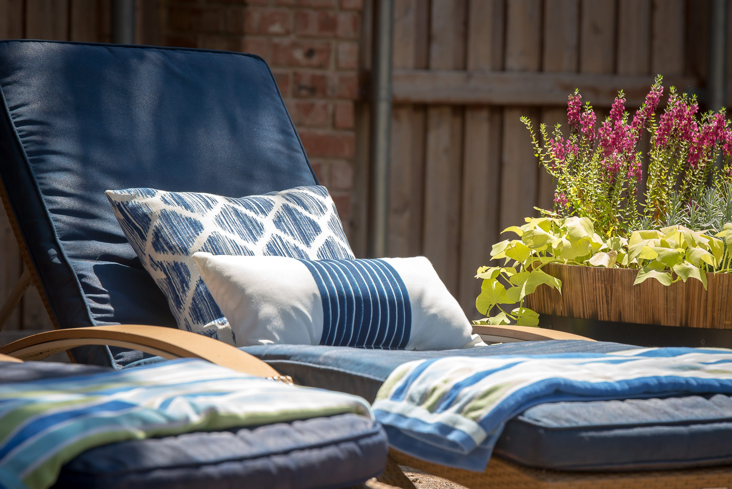 How To Spray Paint Your Outdoor Cushions Home Decor And Home Improvement Diy Tutorials